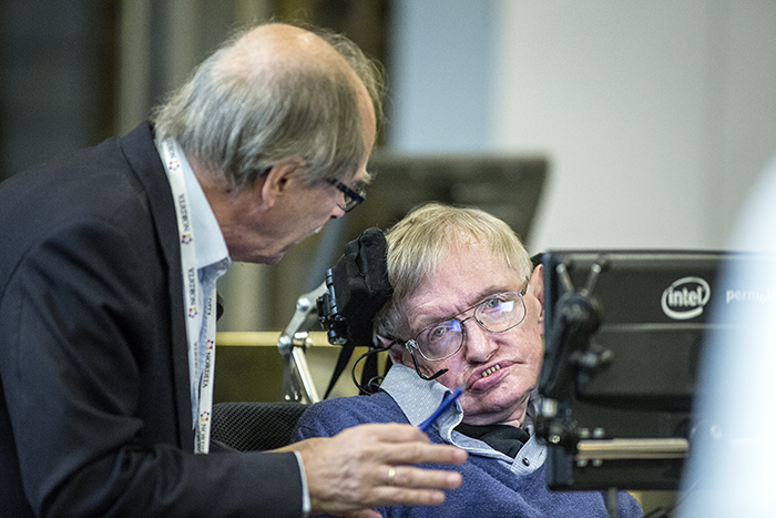 Stephen Hawking un cuerpo sobre un cerebro artificial.